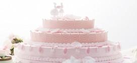 كعكة الزفاف تتراقص حولها النظرات وتلتهمها العيون!