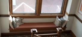 أريكة تحت النافذة