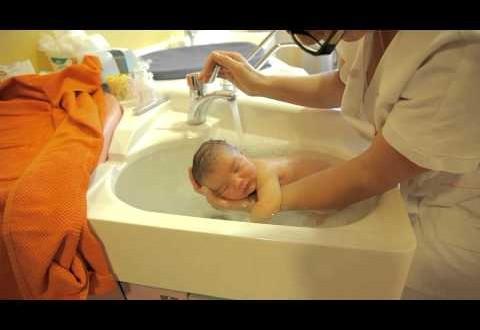 بالفيديو- هل سبق أن شاهدتم طريقة استحمام رضيع للمرة الأولى؟