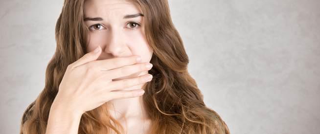 كيف تتخلّصي من رائحة الفم الكريهة