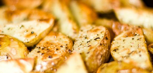 كيفية شوي البطاطس بالفرن