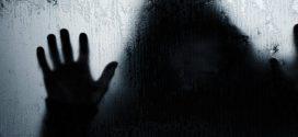 صورة لنافذة منزل تكشف للأم حقيقة وجود شبح في منزلها