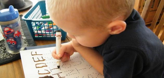 خطوات تدريب الطفل على الامساك بالقلم والكتابة